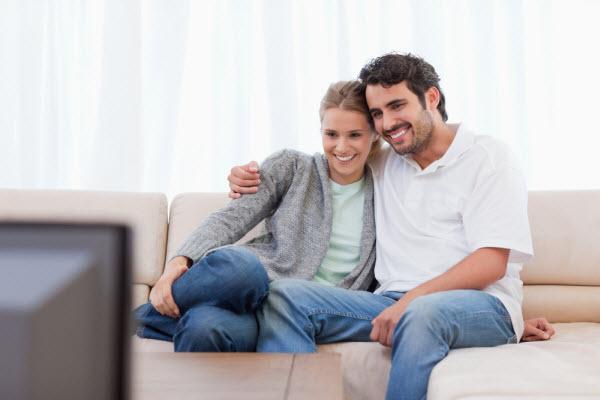 Муж и жена смотрят вдвоём фильм по телевизору